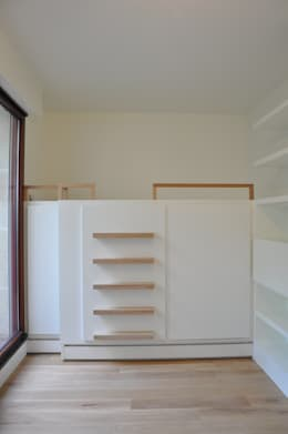 Caisson lit avec rangements intégrés: Chambre d'enfant de style de style Moderne par LA TRAVERSE architecture