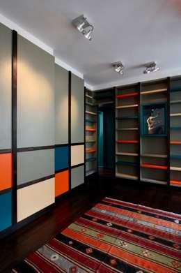La pièce bibliothèque: Salon de style de style Moderne par Agence Sophie Auscher