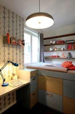 Une chambre d'enfant comme une cabine de bâteau: Chambre d'enfant de style de style Moderne par Agence Sophie Auscher