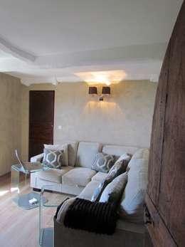 Restauro di una casa molto antica in Francia: Soggiorno in stile in stile Classico di Archimania