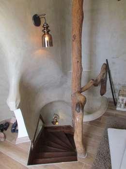 Restauro di una casa molto antica in Francia: Ingresso, Corridoio & Scale in stile in stile Moderno di Archimania