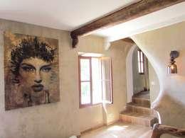 Restauro di una casa molto antica in Francia: Ingresso & Corridoio in stile  di Archimania