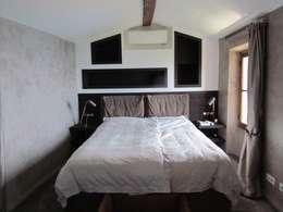 Restauro di una casa molto antica in Francia: Camera da letto in stile in stile Classico di Archimania