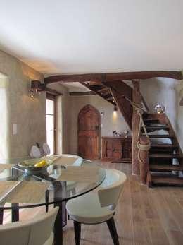 Restauro di una casa molto antica in Francia: Sala da pranzo in stile in stile Eclettico di Archimania