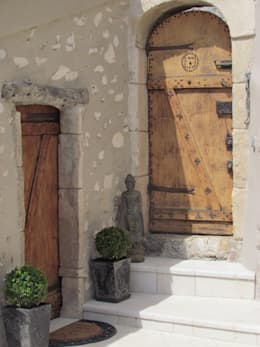 Restauro di una casa molto antica in Francia: Ingresso, Corridoio & Scale in stile in stile Eclettico di Archimania