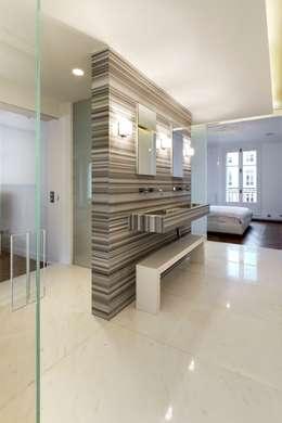 Restructuration d'un appartement haussmannien de 180m2, Paris 8°: Salle de bains de style  par ATELIER POZZI ARCHITECTURE