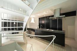 ダイニング・キッチン: 岩井文彦建築研究所が手掛けたキッチンです。