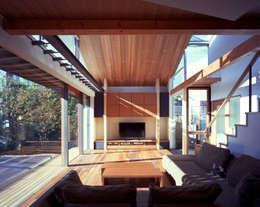 光を抱く家: (株)プライム一級建築士事務所 が手掛けたリビングです。
