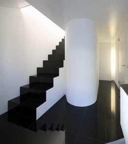 エントランスホール: 濱嵜良実+株式会社 浜﨑工務店一級建築士事務所が手掛けた廊下 & 玄関です。