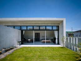 Under the Large Roof: Atelier HARETOKE Co., Ltd.が手掛けた家です。
