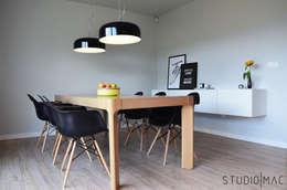 Realizacja projektu salonu z jadalnią w domu jednorodzinnym: styl , w kategorii Jadalnia zaprojektowany przez STUDIO MAC