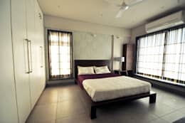 RESIDENCE AT VILE PARLE (E): modern Bedroom by Dhruva Samal & Associates