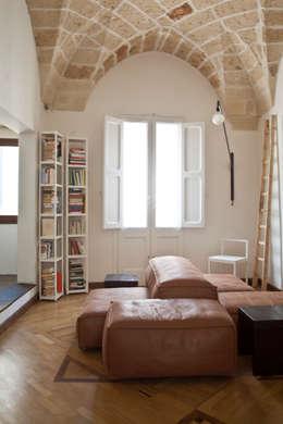 Casa Lecce: Soggiorno in stile in stile Moderno di Tiid Studio