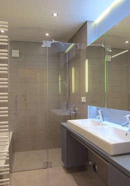 Bodenbündige Dusche: moderne Badezimmer von hansen innenarchitektur materialberatung
