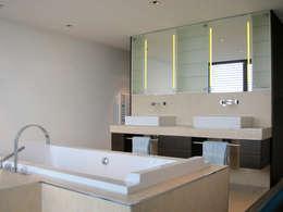Wanne und Waschtische: moderne Badezimmer von hansen innenarchitektur materialberatung