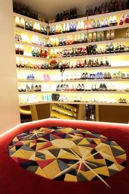 Projekty,  Garderoba zaprojektowane przez Orkun İndere Interiors
