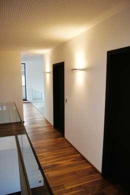 Pasillos y recibidores de estilo  por Bolz Planungen für Licht und Raum