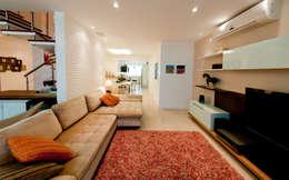 Projeto arquitetônico de interiores para residencia unifamiliar. (Fotos: Lio Simas): Salas de estar ecléticas por ArchDesign STUDIO