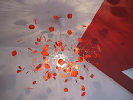 """Lustre """"Pétales de rose"""" rouge coquelicot: Chambre de style de style eclectique par Mandilo"""