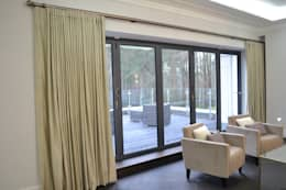 Projekty, nowoczesne Okna i drzwi zaprojektowane przez International Soft Furnishers