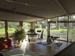 Woonhuis Oosterbeek: moderne Woonkamer door Frank Loor Architect