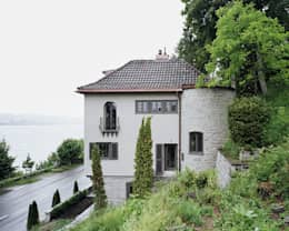 Gartenansicht des Bestandes: rustikale Häuser von Lando Rossmaier Architekten AG