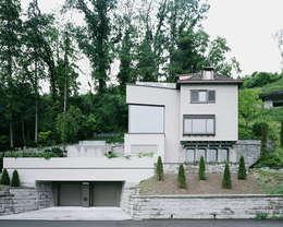 Von der Strasse aus: moderne Häuser von Lando Rossmaier Architekten AG