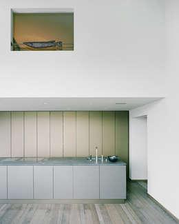 Das Schlafzimmer über der Küche: moderne Küche von Lando Rossmaier Architekten AG