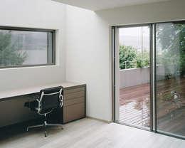 Das Arbeitszimmer mit Oberlicht.: moderne Arbeitszimmer von Lando Rossmaier Architekten AG