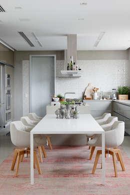 Apartamento da Colecionadora: Salas de jantar minimalistas por Consuelo Jorge Arquitetos