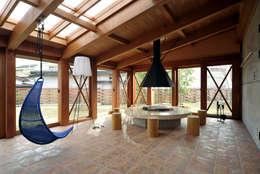 Salones de estilo moderno de 片倉隆幸建築研究室
