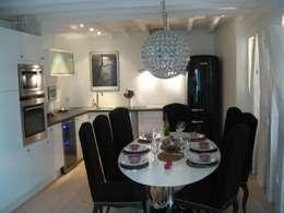 Féminiser un appartement un peu trop... masculin !: Cuisine de style de style Moderne par espaces & déco