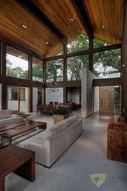 Salas / recibidores de estilo rural por Olaa Arquitetos