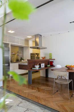 Cocinas de estilo topical por SALA2 arquitetura e design