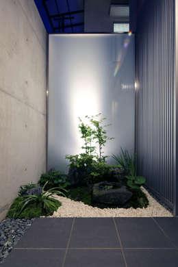 Jardines de estilo moderno por 髙岡建築研究室