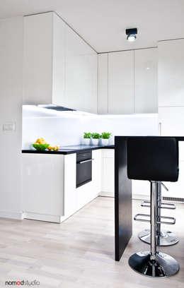 czarno - biała kawalerka: styl , w kategorii Kuchnia zaprojektowany przez nomad studio