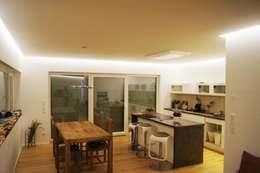 Cocinas de estilo moderno por Bolz Planungen für Licht und Raum