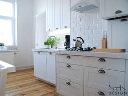 BIAŁA KUCHNIA W STYLU SKANDYNAWSKIM: styl , w kategorii Kuchnia zaprojektowany przez studio projektowe KODA design Dawid Kotuła