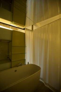 Banheiros ecléticos por 3rdskin architecture gmbh