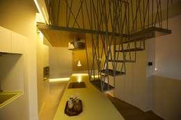Corredor, hall e escadas  por 3rdskin architecture gmbh