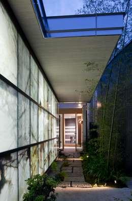 アプローチ: 有限会社加々美明建築設計室が手掛けたガレージです。