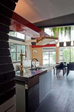 主人のキッチン: 有限会社加々美明建築設計室が手掛けたキッチンです。