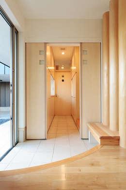シューズインクローゼットへ入っていきます: 守山登建築研究所が手掛けた廊下 & 玄関です。