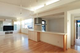 ダイニングからキッチン方向を観る: 守山登建築研究所が手掛けたダイニングです。