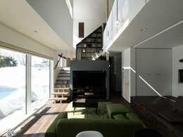中二階が繋ぐ家: 富谷洋介建築設計が手掛けたリビングです。