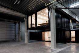 Container Offices:  Kantoor- & winkelruimten door FIVE AM