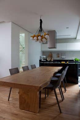 Casa do Itaim: Salas de jantar modernas por Consuelo Jorge Arquitetos