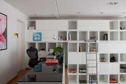 Casa do Itaim: Escritórios  por Consuelo Jorge Arquitetos