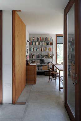minimalistische Studeerkamer/kantoor door Dow Jones Architects