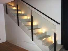 ESCALIER EN BETON CIRE: Couloir, entrée, escaliers de style de style Moderne par CATHERINE PENDANX